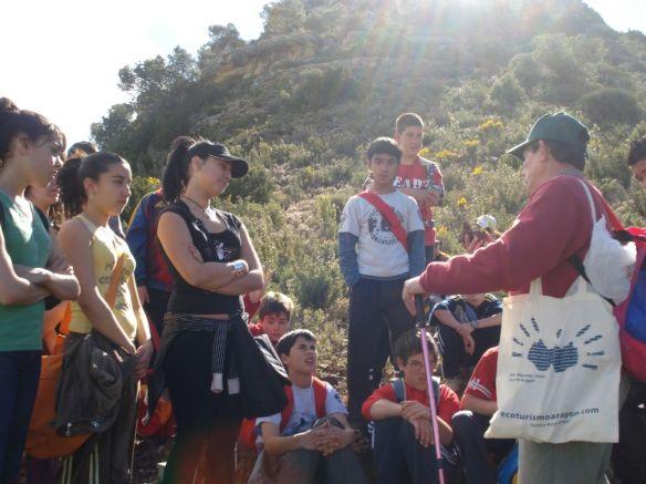 Foto: Antonio guía del Parque y monitor de esta actividad dando unas explicaciones a las alumnas/os del CP Román García.